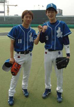 Бейсбол - главное хобби корейских профессионалов Бадук? На фотографии: Чой Челхан, 9-дан, слева и Ко Гунте, 5-дан