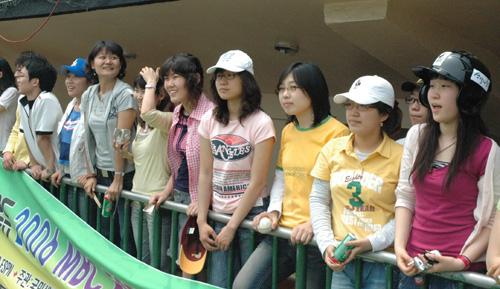 корейские девушки болеют за своих кумиров